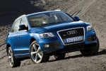 2011 Audi Q5 3.2 Quattro in Deep Sea Blue Pearl Effect - Static Front Right View