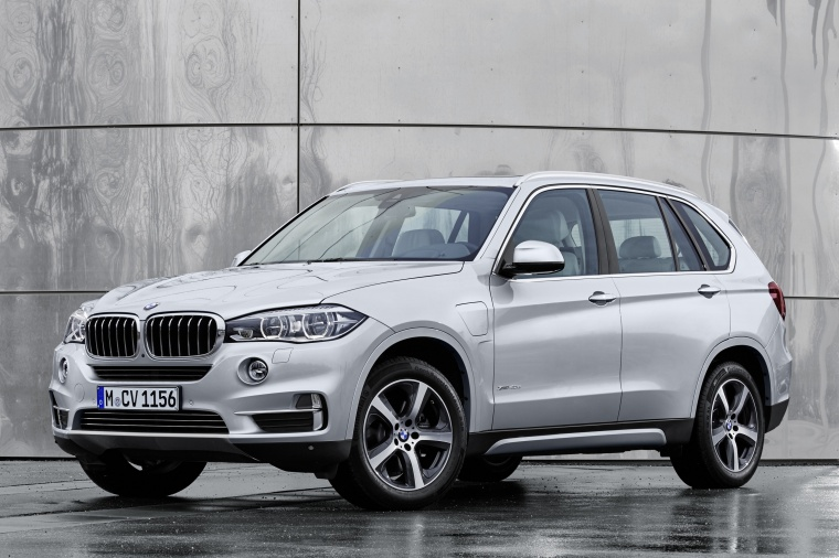 2017 BMW X5 xDrive40e in Glacier Silver Metallic from a front left three-quarter view