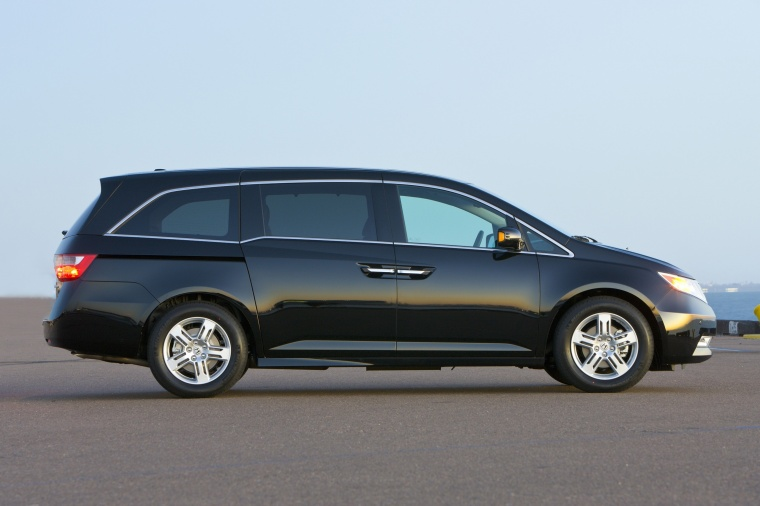 2011 Honda Odyssey Touring in Crystal Black Pearl from a right side view