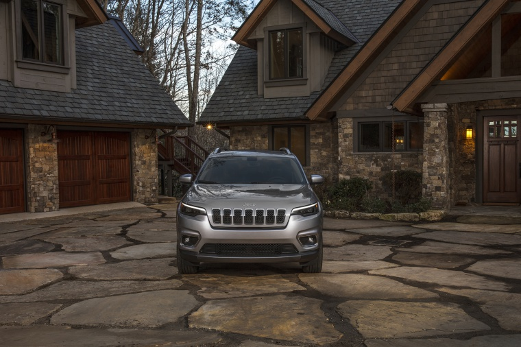 2020 Jeep Cherokee Limited 4WD in Billet Silver Metallic Clearcoat from a frontal view