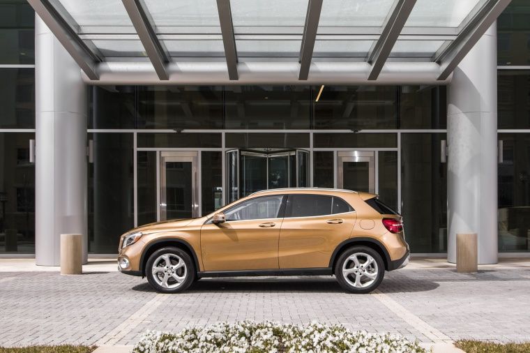 2019 Mercedes-Benz GLA 250 4MATIC from a left side view