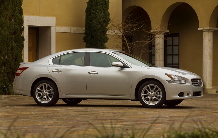 2010 Nissan Maxima in Radiant Silver from a right side view