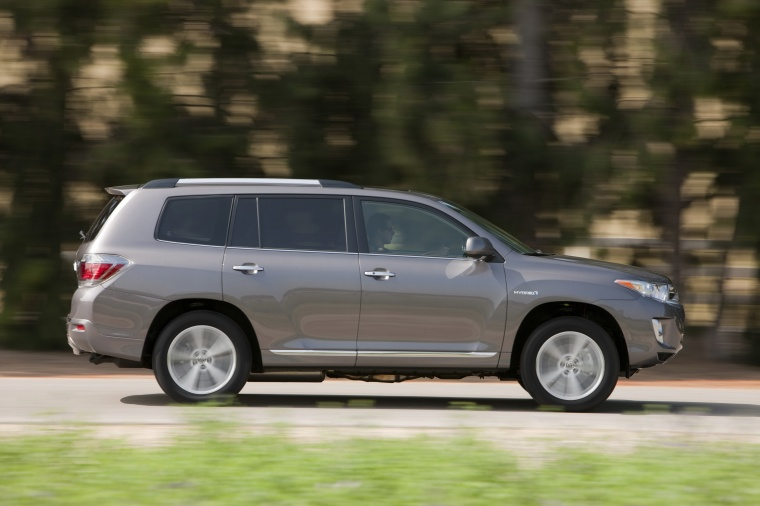 Driving 2013 Toyota Highlander Hybrid in Magnetic Gray Metallic from a right side view