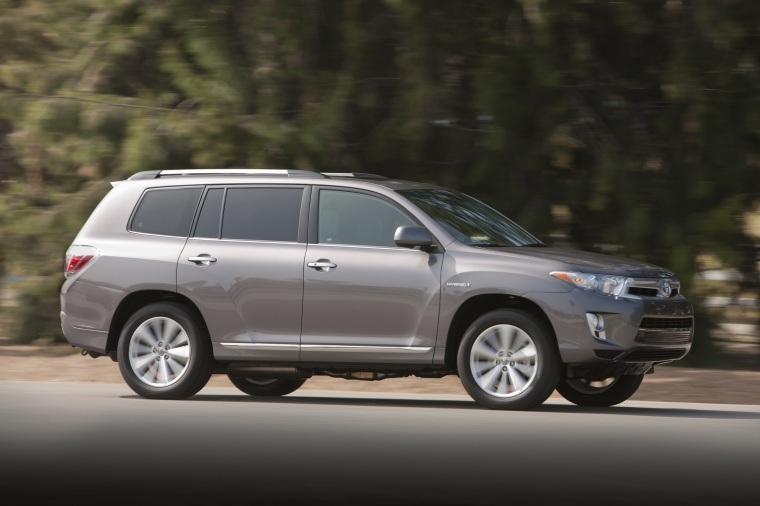 Driving 2013 Toyota Highlander Hybrid in Magnetic Gray Metallic from a side view