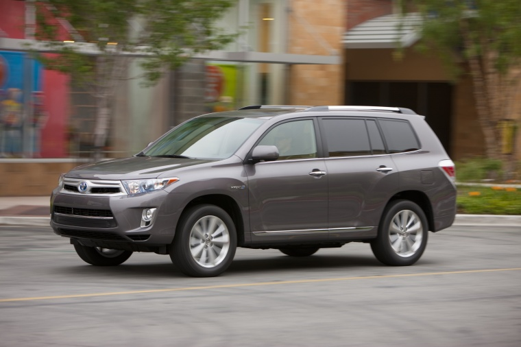 Driving 2013 Toyota Highlander Hybrid in Magnetic Gray Metallic from a left side view